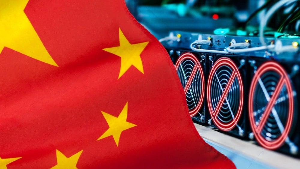 Mineros con símbolo de prohibición y bandera de China.