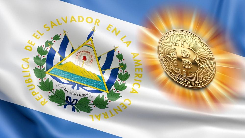 Bandera de El Salvador y bitcoin resplandeciente.