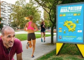 Personas trotando frente a póster Road2Bitcoin.