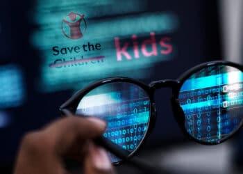 Pantalla con logo de Save the Children modificado con la palabra kids.