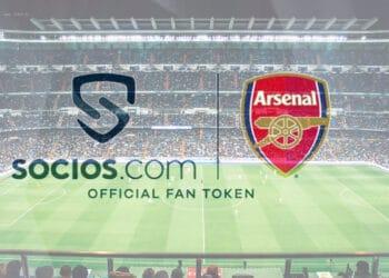 Campo de fútbol con logos de Arsenal y socios.com.