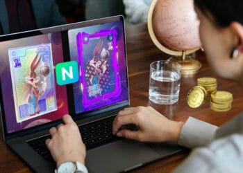 Persona con bitcoins sobre la mesa mirando NFT de Space Jam en NIfty's.