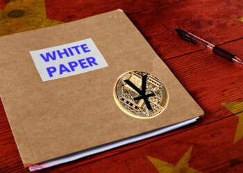 White Papaer con Yuan Digital y bandera de China.