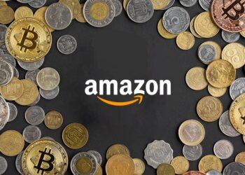 Logo de Amazon.com rodeado de monedas nacionales y de bitcoins