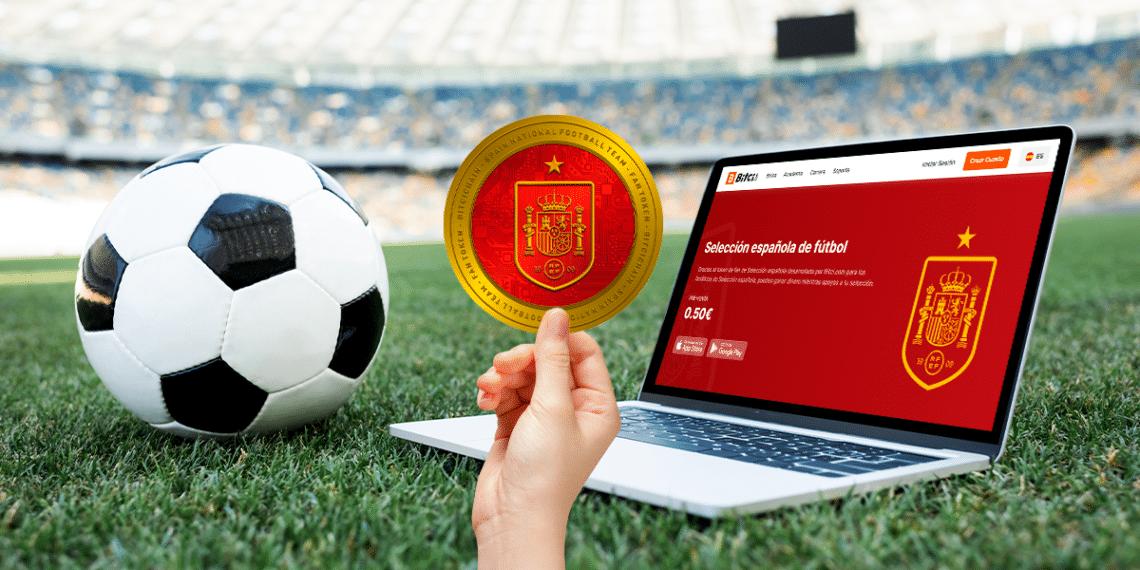 Campo de fútbol y balón con fan token de la selección de españa y su pantalla en Bitci.com.