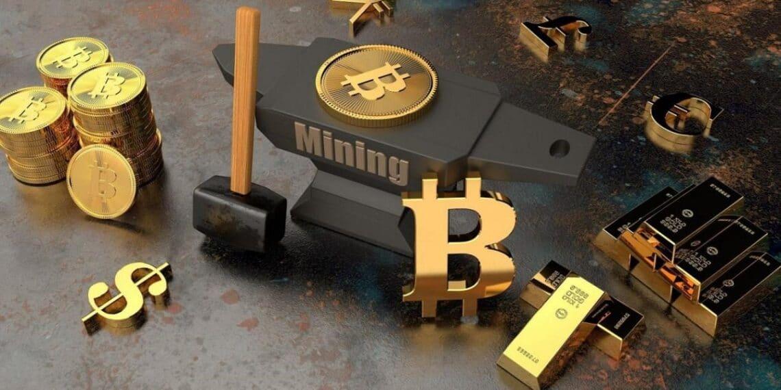 Diferentes monedas junto a un mazo y un yunque