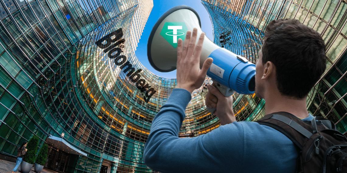 Persona protestando con logo de Tether a edificio con logo de Bloomberg
