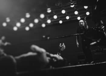 Boxeador en el piso del cuadrilatero con referee.