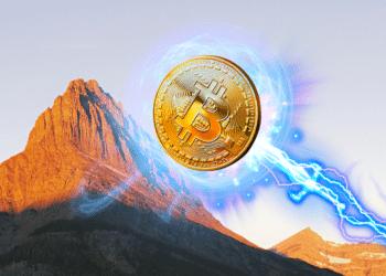 Bitcoin subiendo montaña con rayo.