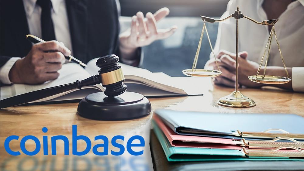 Mesa judicial con logo de Coinbase.