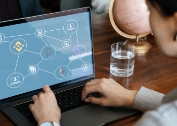 Persona mirando en pantalla red DEFI de Binance, Polkadot, Ethereum y Polygon.