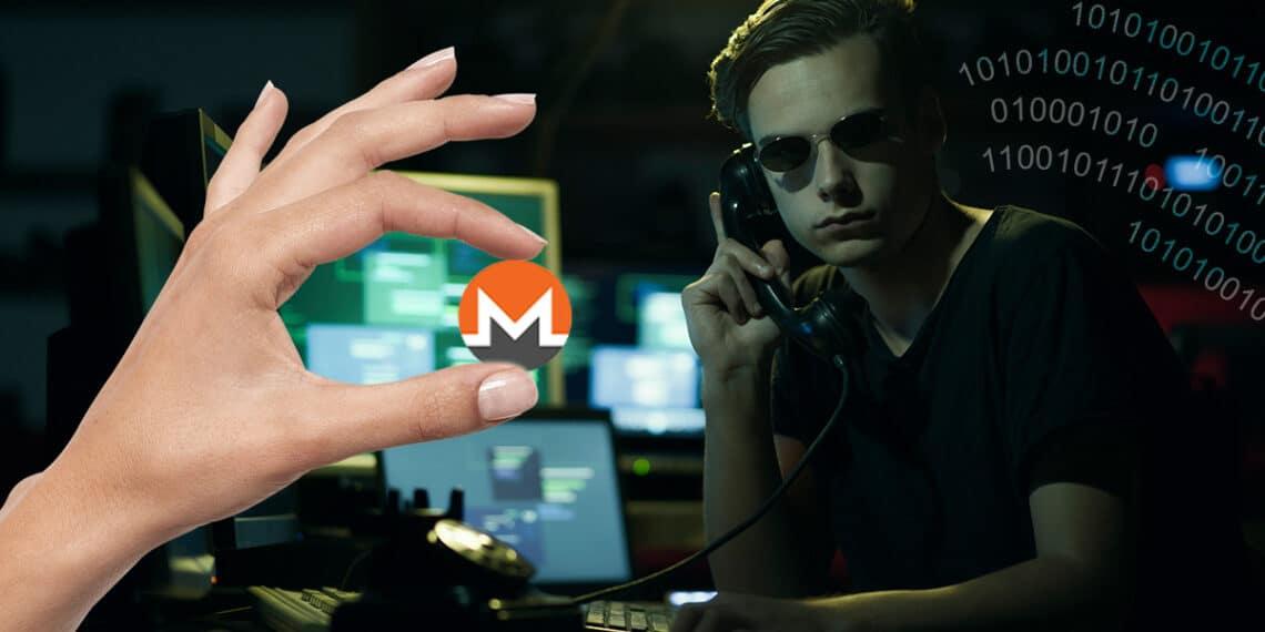 Hacker con códigos a un lado y mano sosteniendo Monero.