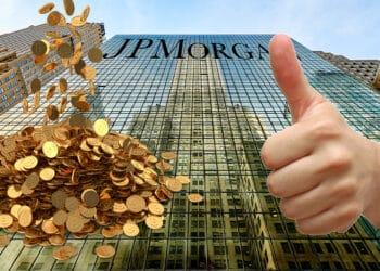 Rascacielos con logo de JP MOrgan, pila de BTC y mano aprovando.