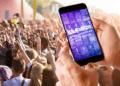 Persona con un móvil en la web de Lollapalooza durante el festival.