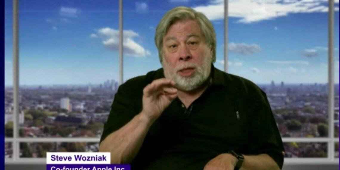 Steve Wozniak hablando durante su presentación en Jalisco Talent Land 2021.