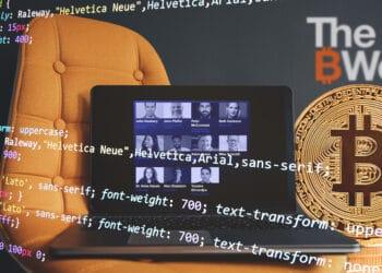 Laptop con evento The B Word, pila de bitcoins y códigos.
