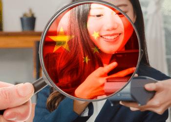 Lupa con bandera de China fijándose en transacción digital.