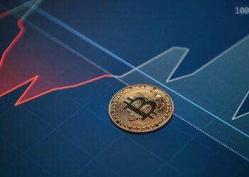 Moneda de bitcoin sobre grafica de precio