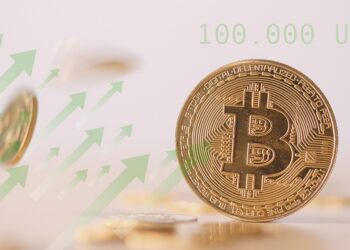 Moneda de bitcoin con flechas ascendentes