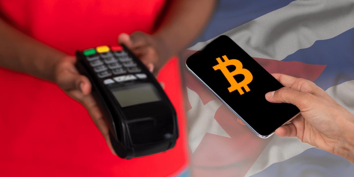 Persona pagando con bitcoin en un punto de venta con bandera de Cuba de fondo.