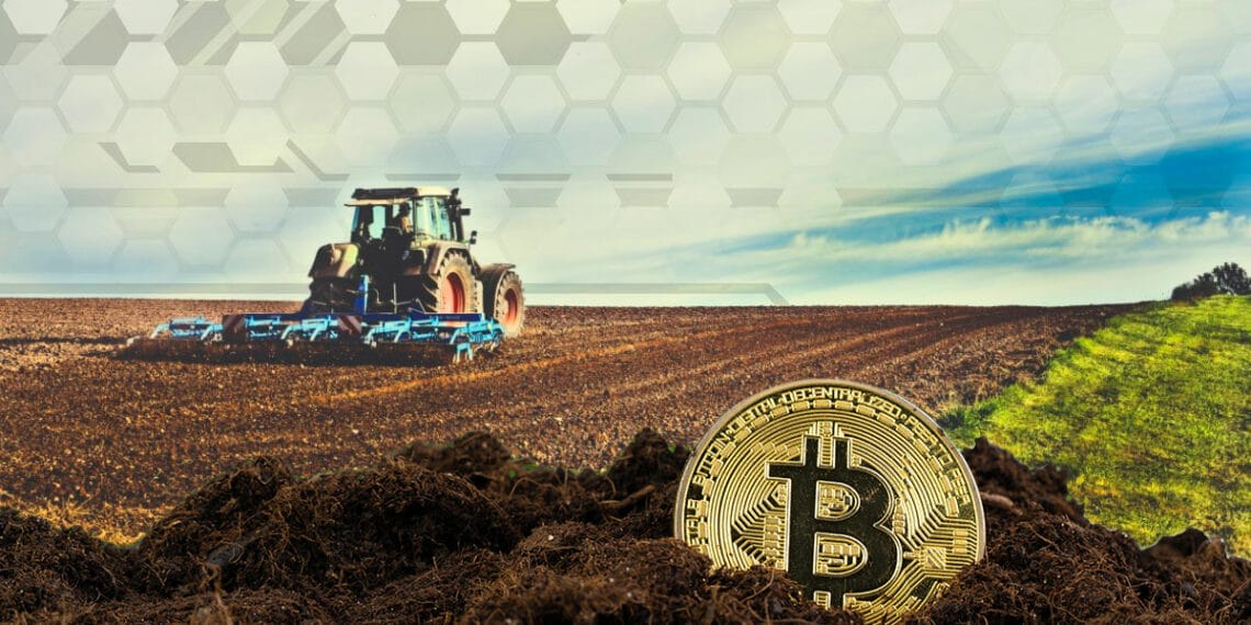 Tractor en campo y BTC sobre tierra.