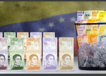 Papelera con bolívares viejos, nuevo cono monetario y bandera Venezuela.