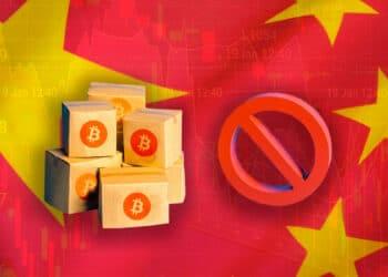 Bandera de China, cajas con logo de BTC y símbolo de prohibición.