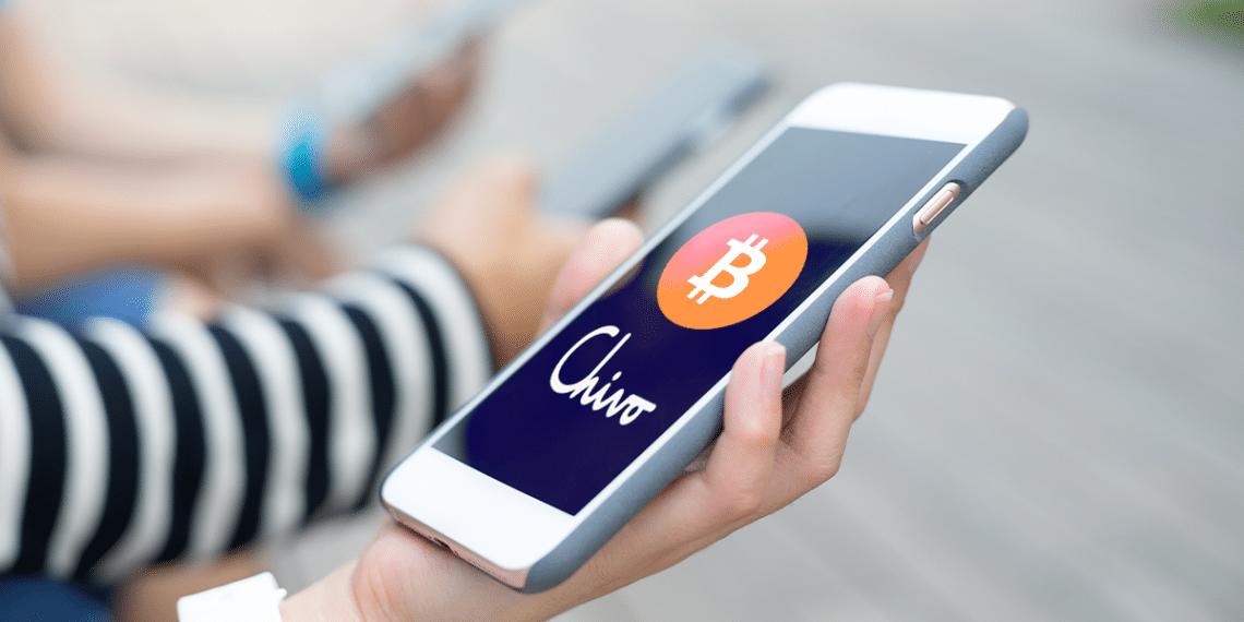 Telefono con logo de Chivo Wallet y BTC.