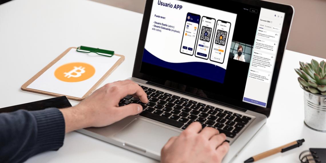 Persona en página de Chivo App con BTC en papel.