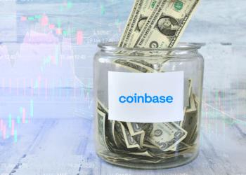 Tarro de dólares con logo de Coinbase y gráficos de fondo.
