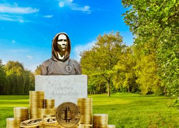 Estatua Satoshi Nakamoto y BTC.
