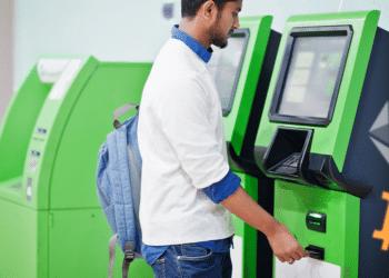 BTC y ether en ATM con bandera Honduras al fondo.