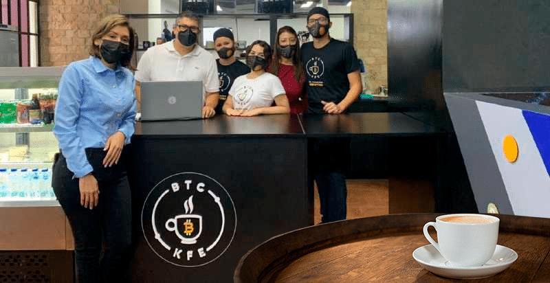 Al frente, la CEO de Bitcoin Café Venezuela, Carmen Salvador, con parte de su equipo. Crédito: BTC Kfé.