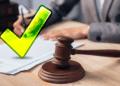 Proyecto de ley en mesa de juez con check de aprobación.