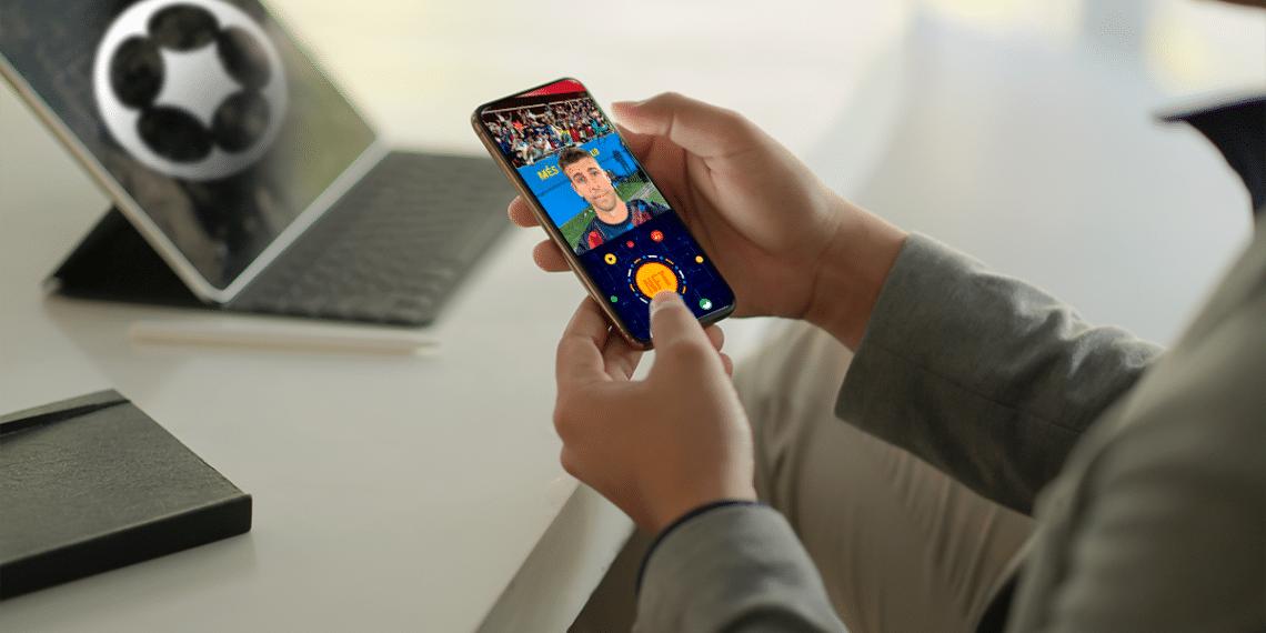 Selfie de Piqué en celular y NFT, logo de Sorare.