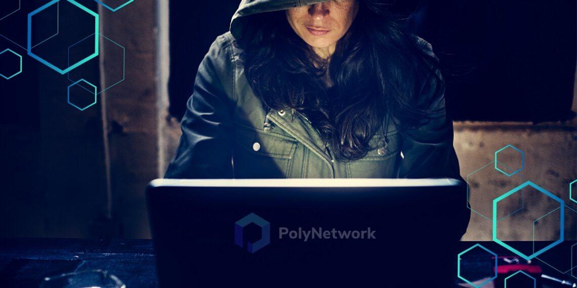 Pirata informático frente a laptop en cuarto en penumbra