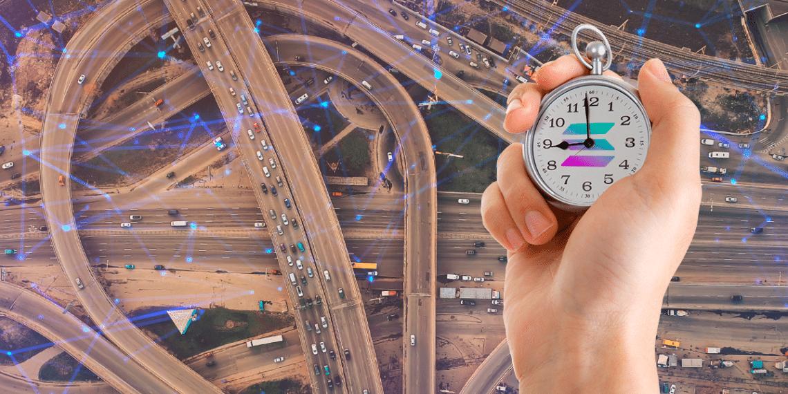 Autopista con tráfico y reloj con logo de solana.