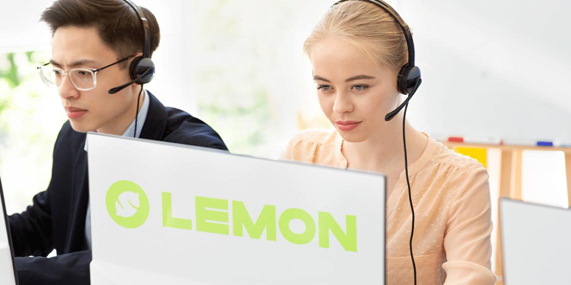 Personas de call center y logo de Lemon.
