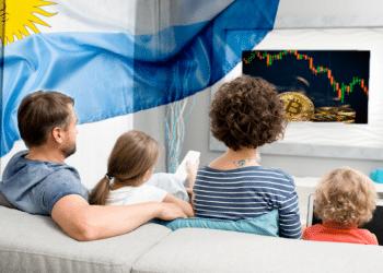 Familia viendo BTC en televisión con bandera de Argentina en el ambiente.