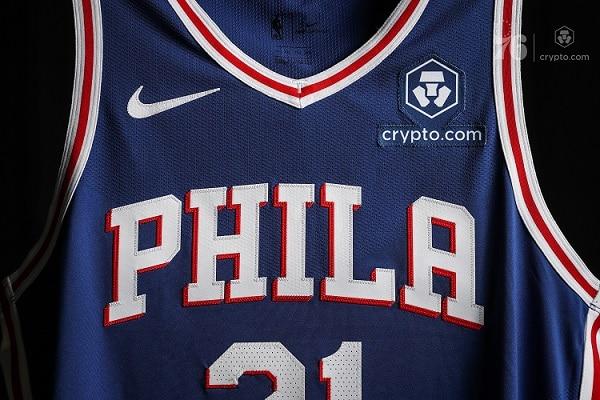 Camiseta azul de los 76ers con parche del logo de Crypto.com