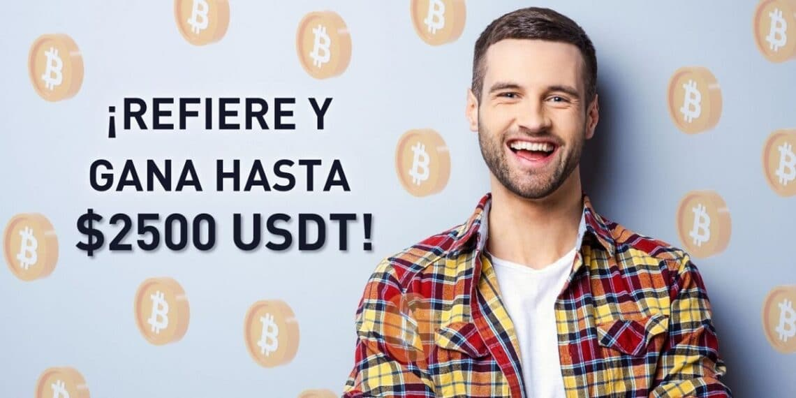 Hombre sonriente con muchas monedas Bitcoin detrás