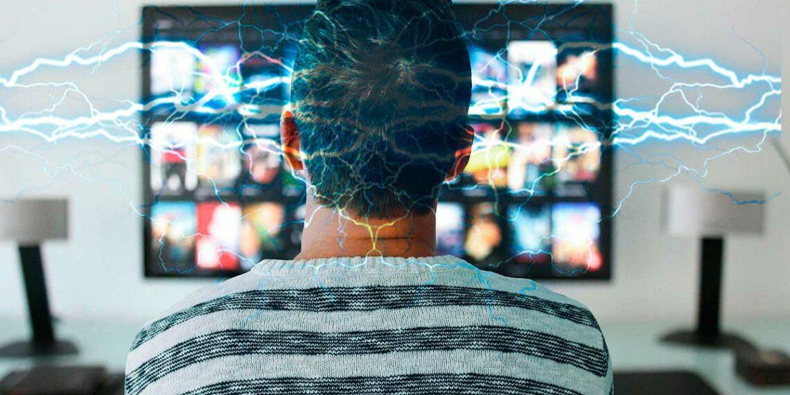 Persona viendo TV con relámpagos.