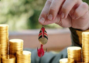 Actores malintencionado se lanzan al mercado de NFT Opensea para pescar víctimas desprevenidas a quienes robar todos sus fondos. Composición por CriptoNoticias. Fuentes:  cottonbro  /  pexels.com  ;  pngegg.com .