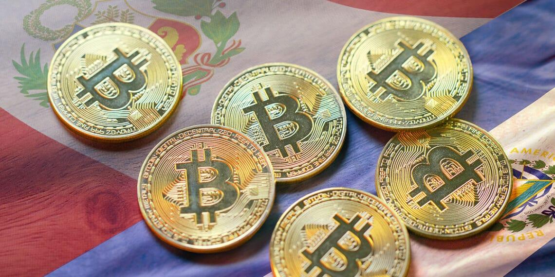 El Salvador ya cuenta con millones de usuarios de bitcoin y Perú aumentó en transacciones. Composición por CriptoNoticias. leungchopan / elements.envato.com; wirestock / freepik.com; twenty20photos / elements.envato.com.