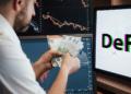 Persona con dinero en mano frente a pantalla con la palabra DeFi.