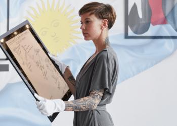 Galerista con dibujo sobre crisis argentina.