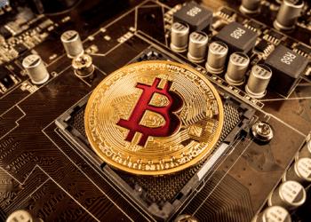 Técnicamente, no sería posible que desarrolladores maliciosos se apoderen del código de Bitcoin. Composición por CriptoNoticias. Fuentes:  cookelma  /  elements.envato.com .